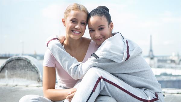 Lena (Jessica Lord, l.) und Ines (Eubha Akilade , r.) sind beste Freundinnen. | Rechte: ZDF/Cottonwood Media/Nicolas Velter