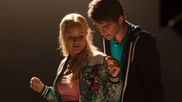 Lena (Jessica Lord, l.) und Max (Rory J. Saper, r.) proben ein neues Hip-Hop-Stück. | Rechte: ZDF/Cottonwood Media/Nicolas Velter