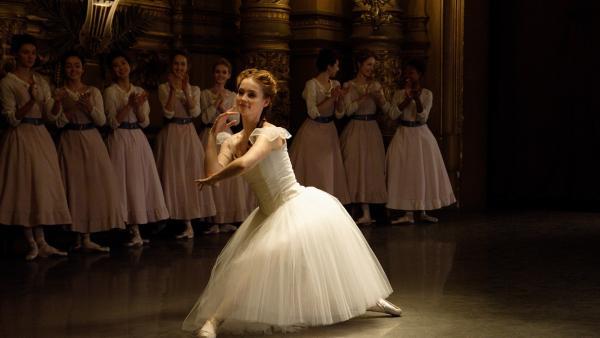 Thea (Hannah Dodd, M.) überzeugt an der Pariser Ballettschule im Jahr 1905 alle von ihrem großen tänzerischen Können. | Rechte: ZDF/Cottonwood Media/Nicolas Velter