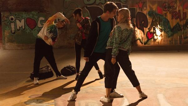 Gegen den Willen seines Vaters lässt Max (Rory J. Saper, 2.v.r.) die Hip-Hop-Gruppe BLOK wieder aufleben. Heimlich übt er mit Lena (Jessica Lord, r.) ,Ines (Eubha Akilade, 2.v.l.) und Jeff (Castle Rock Peters, l.) in einer Lagerhalle. | Rechte: ZDF/Cottonwood Media/Nicolas Velter