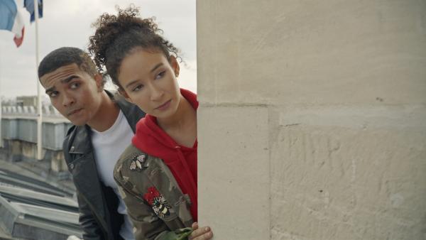 Ines (Eubha Akilade, r.) hat Pinky (Lawrence Walker) um Hilfe gebeten. | Rechte: ZDF/Cottonwood Media/Nicolas Velter