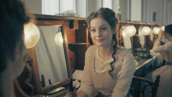 Thea (Hannah Dodd) sucht im Jahr 1905 nach Verbündeten. | Rechte: ZDF/Cottonwood Media/Nicolas Velter