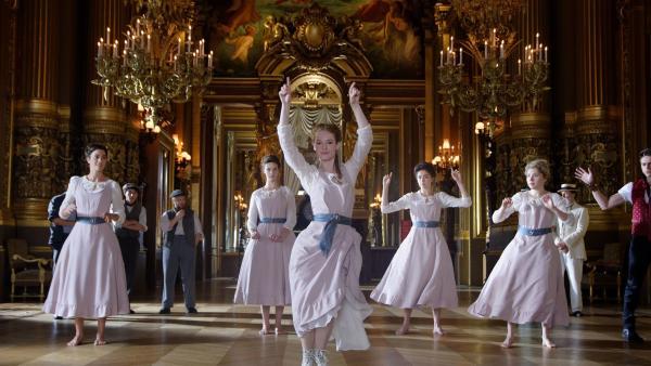 Thea (Hannah Dodd, M.) zeigt ihren neuen Freundinnen in der Pariser Oper 1905, wie man Hip-Hop tanzt. | Rechte: ZDF/Cottonwood Media/Nicolas Velter