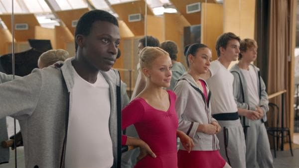 Die Ballettschüler Isaac (Terique Jarrett), Lena (Jessica Lord), Ines (Eubha Akilade), Max (Rory J. Saper) und Jeff (Castle Rock Peters) beobachten die erste Klasse beim Training. | Rechte: ZDF/Cottonwood Media/Nicolas Velter