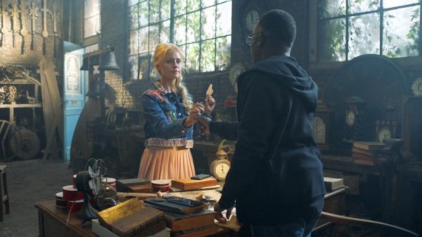 Lena (Jessica Lord) braucht eine Information von Oscar (Javone Prince). | Rechte: ZDF/Cottonwood Media/Nicolas Velter