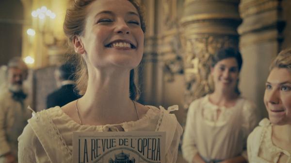 Thea (Hannah Dodd) ist überglücklich. Sie ist die Neuentdeckung des berühmten Choreografen Menkin im Jahr 1905. Er will sie zum Star machen. | Rechte: ZDF/Cottonwood Media/Nicolas Velter