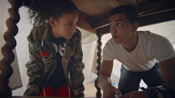 Ines (Eubha Akilade) und Pinky (Lawrence Walker) verstecken sich vor Lena. Sie darf nicht wissen, dass sie zusammenarbeiten. | Rechte: ZDF/Cottonwood Media/Nicolas Velter