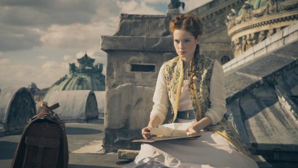 Thea (Hannah Dodd) möchte nicht mehr weg aus der Vergangenheit. | Rechte: ZDF/Cottonwood Media/Nicolas Velter