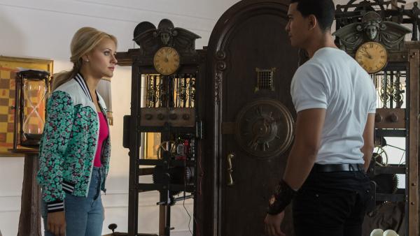 Lena (Jessica Lord, r.) und Ines (Eubha Akilade, l.) durchsuchen im Jahr 2019 das Zimmer von Henris Vater. Sie suchen nach Hinweisen, wie man das Zeitreise-Portal bedient. | Rechte: ZDF/Cottonwood Media/Nicolas Velter