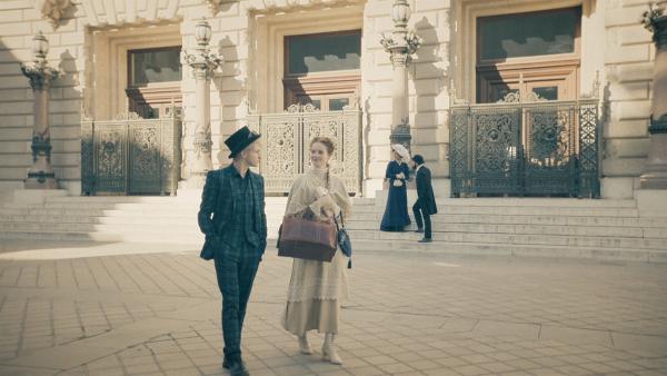Frank (Seán Óg Cairns) und Thea (Hannah Dodd) haben sich im Jahr 1905 getroffen und sind einander gleich sympathisch. | Rechte: ZDF/Cottonwood Media/Nicolas Velter