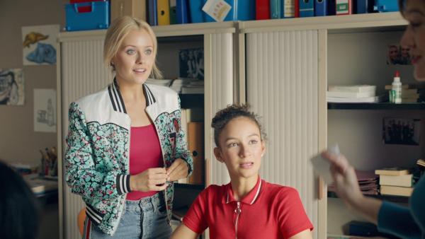 Lena (Jessica Lord, l.) und Ines (Eubha Akilade, r.) finden das neue Projekt im Fach Geschichte spannend. Sie sollen jeweils eine Ballettgröße der Vergangenheit vorstellen. | Rechte: ZDF/Cottonwood Media/Nicolas Velter