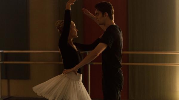 Lena (Jessica Lord, l.) und Max (Rory J. Saper, r.) üben für das Vortanzen. Sie wollen ihren Tanzlehrer beeindrucken und hoffen, dadurch Hauptrollen in seinem neuen Ballettstück zu bekommen. | Rechte: ZDF/Cottonwood Media/Nicolas Velter