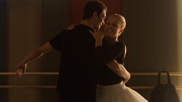 Lena (Jessica Lord, r.) und Max (Rory J. Saper, l.) üben für das Vortanzen. Sie wollen ihren Tanzlehrer beeindrucken und studieren deshalb eine komplizierte Choreografie mit einer schwierigen Hebefigur ein. | Rechte: ZDF/Cottonwood Media/Nicolas Velter