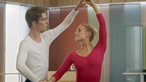 Max (Rory J. Saper) und Lena  (Jessica Lord) trainieren hart. Sie hoffen beide auf eine Hauptrolle beim Grand Prix der Choreografen. | Rechte: ZDF/Cottonwood Media/Nicolas Velter