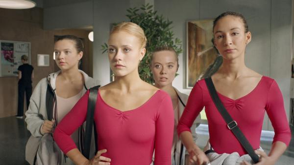 Lena (Jessica Lord, l.)  und Ines (Eubha Akilade, r.) sind sauer. Denn ihr Mitschüler Isaac hat sich eine Tänzerin aus der ersten Stufe als Tanzpartner gewählt. Auch   Kennedy (Caitlin-Rose Lacey, hi. l. ) und Bree (Chloe Fox. hi. r.) staunen. | Rechte: ZDF/Cottonwood Media/Nicolas Velter