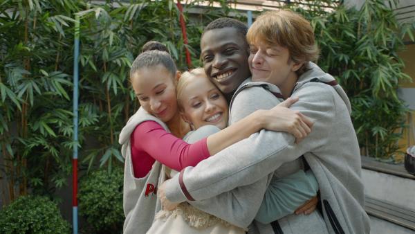Ines (Eubha Akilade), Lena (Jessica Lord), Isaac (Terique Jarrett) und Jeff (Castle Rock Peters) halten fest zusammen. | Rechte: ZDF/Cottonwood Media/Nicolas Velter