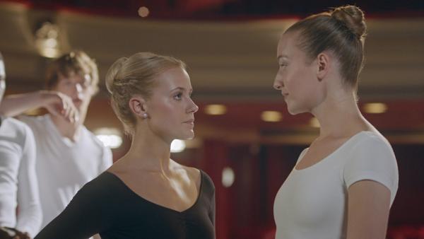 Lena (Jessica Lord, Mi.) hat Jenna (Esther Lindebergh, re.) von der Londoner Ballettschule zu einem heimlichen Tanzwettstreit herausgefordert. Die anderen Ballettschüler, unter anderem Jeff (Castle Rock Peters, li.), halten den Atem an. | Rechte: ZDF/2019 - Cottonwood Media - Opéra national de Paris