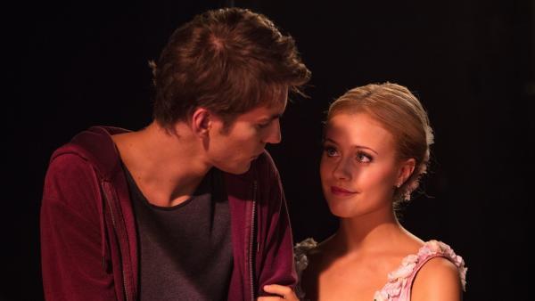 Lena (Jessica Lord) ist aufgeregt. Sie darf beim Grand Prix der Choreografen in Brüssel die Rolle der wilden, aufsässigen Libertalia tanzen. Max (Rory J. Saper) wünscht ihr viel Glück vor dem Auftritt.   Rechte: ZDF/Nicolas Velter