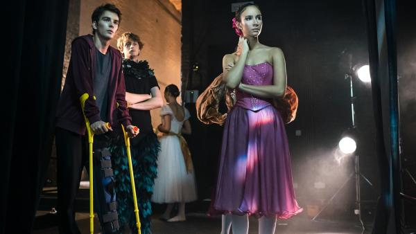 Max (Rory J. Saper, li.), Jeff (Castle Rock, Mi. ) und Ines (Eubha Akilade, re.) sind ratlos. Lena und Thea sind während der Ballettaufführung verschwunden | Rechte: ZDF/Nicolas Velter