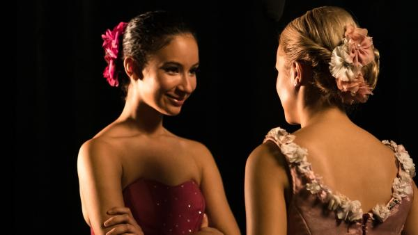 Ines (Eubha Akilade, li.) und Lena (Jessica Lord, re.) freuen sich auf die große Ballettaufführung in Brüssel beim Grand Prix der Choreografen. | Rechte: ZDF/Nicolas Velter