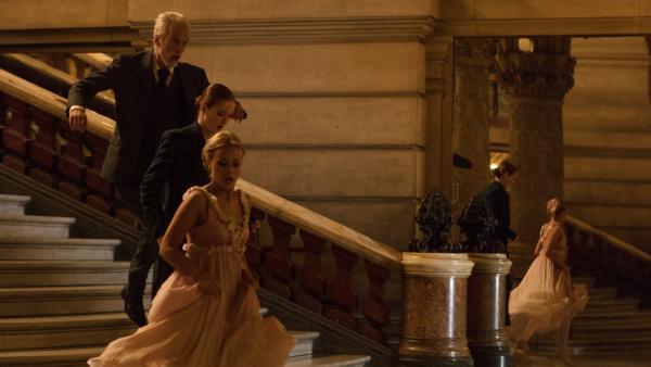 Lena (Jessica Lord, li.) und Thea (Hannah Dodd, re.) tanzen auf der großen Bühne. Noch läuft die Ballettaufführung reibungslos.   Rechte: ZDF/Nicolas Velter