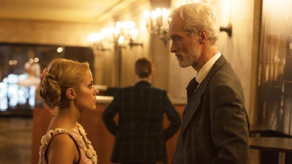 Lena (Jessica Lord, li.) erfährt von Victor (Ingo Brosch, re.), dem Vater von Henri, eine überraschende Neuigkeit. | Rechte: ZDF/Nicolas Velter