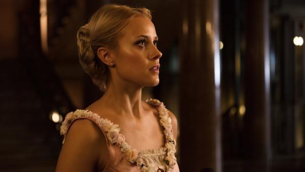 Lena (Jessica Lord) weiß nicht, was sie mit der Neuigkeit anfangen soll, die sie gerade von Victor, dem Vater von Henri, erfahren hat. | Rechte: ZDF/Nicolas Velter