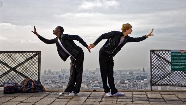 Isaac (Terique Jarret, li.) und Jeff (Castle Rock Peters, re.) proben bei Sacre Coeur für ihren Auftritt am Nachmittag. Die Jungen wollen gegen die Mädchenklasse gewinnen.   Rechte: ZDF/Florian Astrodau