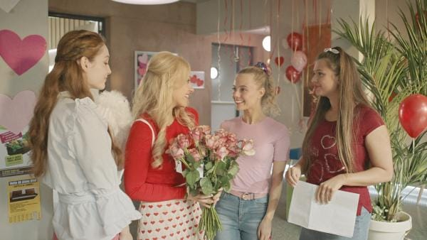 Lena (Jessica Lord, 2.v.li. ) freut sich darauf, am Valentinstag Rosen zu verteilen. Bree (Chloé Fox, 3.v.li.) und Kennedy (Caitlin Rose Lacey, re.) haben diese Aktion an der Schule gestartet und sind begeistert, wie gut es bisher läuft. Thea (Hannah Dodd, li.) hat dagegen ihre eigene Sicht auf den Valentinstag. | Rechte: ZDF/2019 - Cottonwood Media/Opéra national de Paris