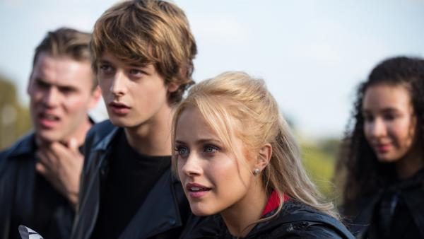 Jeff (Castle Rock 2.v.li.) und Lena (Jessica Lord, re.) sind erbost. Thea hat sie beide rücksichtlos gegeneinander ausgespielt. | Rechte: ZDF/Nicolas Velter