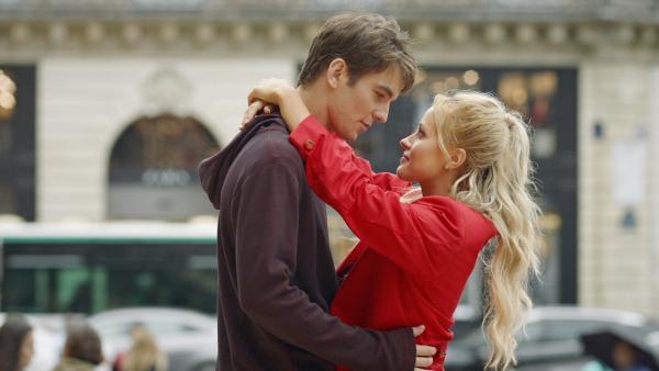 Lena (Jessica Lord, re.) verabschiedet sich von Max (Rory J. Saper, li.). Er will wieder zurück nach London ziehen, nachdem er wegen seiner Beinverletzung nicht mehr tanzen kann. | Rechte: ZDF/2019 - Cottonwood Media/Opéra national de Paris