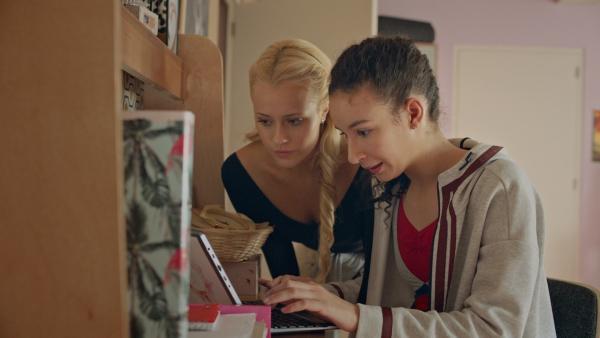 Lena (Jessica Lord, li.) und Ines (Eubha Akilade, re.) haben entdeckt, dass Thea ihr gemeinsames Zimmer mit einer Kamera überwacht. Nun wollen sie herausfinden, warum Thea das tut.   Rechte: ZDF/2019 - Cottonwood Media/Opéra national de Paris