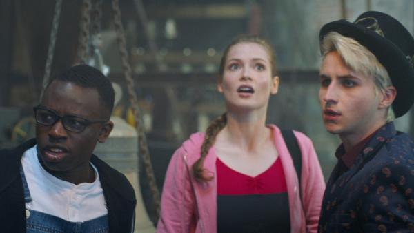 Oscar (Edward Kagutuzi, li.), Thea (Hannah Dodd, Mi.) und Frank (Seán Og Cairns, re.) schauen sich entsetzt um, als in Oscars Laden mysteriöse Dinge geschehen.   Rechte: ZDF/2019 - Cottonwood Media/Opéra national de Paris