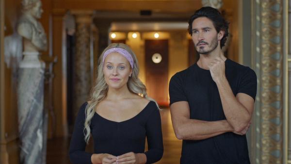 Lena (Jessica Lord) betrachtet zusammen mit ihrem Lehrer Armando Castillo (Rik Young) ihre Mitschüler beim Tanzen. Sie haben das von ihr choreografierte Stück einstudiert und Lena ist mit dem Ergebnis schon sehr zufrieden. | Rechte: ZDF/2019 - Cottonwood Media/Opéra national de Paris