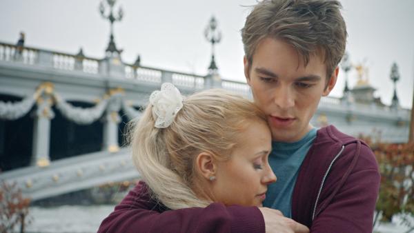 Lena (Jessica Lord) hat Max (Rory J. Saper) endlich in ihr Geheimnis eingeweiht. Er weiß nun, dass sie eine Zeitreisende aus dem Jahr 1905 ist. | Rechte: ZDF/2019 - Cottonwood Media/Opéra national de Paris