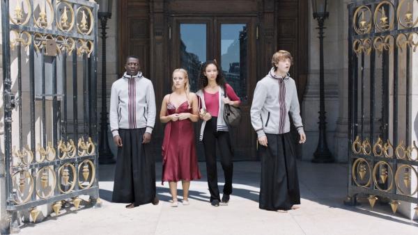 (v.l.:) Isaac (Terique Jarrett), Lena (Jessica Lord), Ines (Eubha Akilade) und Jeff (Castle Rock Peters) sind völlig überrascht, wo sie sich befinden. Sie sind zwar noch bei der Oper in Paris, aber sie scheinen nach ihrer Zeitreise nicht im Jahr 2019 gelandet zu sein. | Rechte: ZDF/2019 - Cottonwood Media/Opéra national de Paris