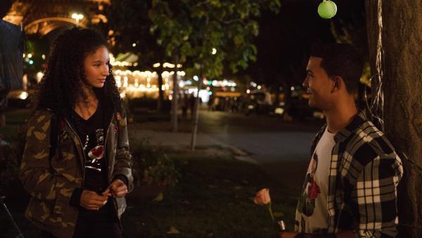 Ines (Eubha Akilade, li.) trifft sich am Abend des Valentinstages mit Pinky (Lawrence Walker, re.) am Fuß des Eiffelturms. | Rechte: ZDF/Nicolas Velter