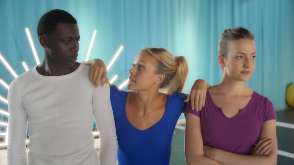 Lena (Jessica Lord, Mi.) möchte zwischen Isaac (Terique Jarrett) und Jenna (Esther Lindebergh) vermitteln. Doch leider macht sie mit ihren Bemerkungen alles nur noch schlimmer. | Rechte: ZDF/2020 - Cottonwood Media/Opéra national de Paris