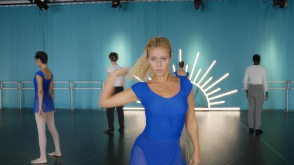 Lena (Jessica Lord, Mi.) und ihre Mitschüler präsentieren ihrem Lehrer Armando Castillo eine neue Choreographie, mit der sie ihn bei ihrem Workshop in Südfrankreich beeindrucken wollen. | Rechte: ZDF/2020 - Cottonwood Media/Opéra national de Paris