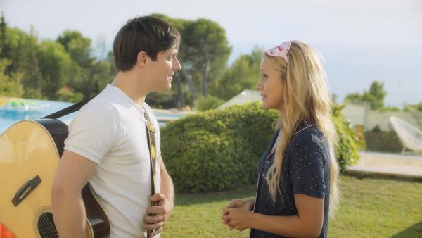 Henri (Christy O'Donnell) hat Lena (Jessica Lord) ein morgendliches Ständchen gebracht. Er möchte, dass sie sich wieder an ihn erinnert. Doch ihre Erinnerungen an ihn und an die Zeitreisen sind nach wie vor gelöscht. | Rechte: ZDF/2020 - Cottonwood Media/Opéra national de Paris