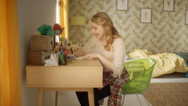 Claudine (Audrey Hall) ist begeistert vom Leben in der Gegenwart und schreibt  dies Frank in einem Brief. Und sie berichtet ihm alles über Lena, so wie sie es versprochen hatte. | Rechte: ZDF/2020 - Cottonwood Media/Opéra national de Paris