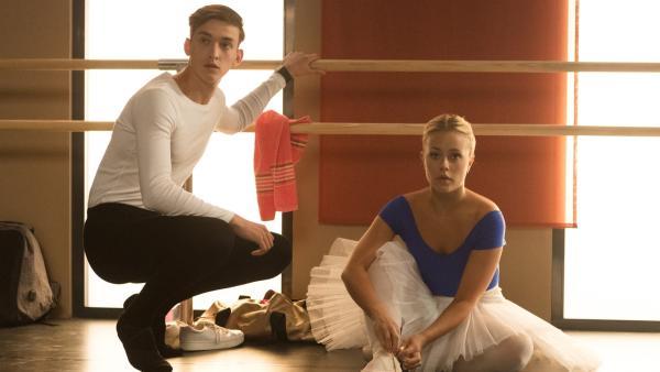 Das Vortanzen für die Compagnie steht demnächst bevor, aber Nico (Jake Swift, li.) und Lena (Jessica Lord, re.) sind noch nicht zufrieden mit ihrem Können. | Rechte: ZDF/2020 - Cottonwood Media/Opéra national de Paris