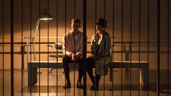 Lena (Jessica Lord, re.) ist in die Rolle einer Detektivin geschlüpft und befragt Nico (Jake Swift, li.) in einer Gefängniszelle. Die beiden verkörpern in einer Präsentation die Rollen, die ihnen Lehrer Armando Castillo für das Rollenspiel zugewiesen hatte. Damit wollte er erreichen, dass sich die Schüler alternative Berufe für ihre Zukunft überlegen, falls es mit dem Ballett nicht klappen sollte. | Rechte: ZDF/2020 - Cottonwood Media/Opéra national de Paris