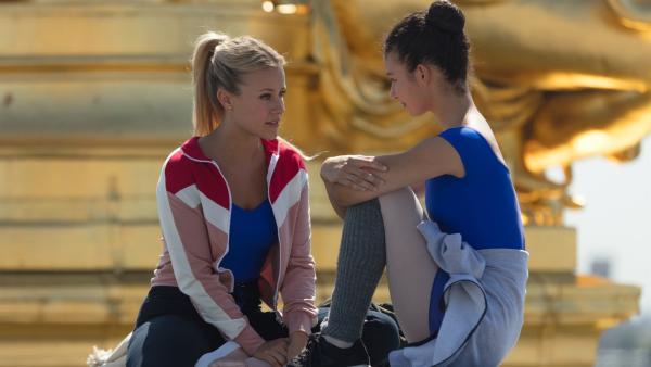 Lena (Jessica Lord, li.) und Ines (Eubha Akilade, re.) machen sich Gedanken über die Zukunft. Falls es mit einer Ballettkarriere nicht klappen sollte, brauchen sie einen alternativen Plan. | Rechte: ZDF/2020 - Cottonwood Media/Opéra national de Paris