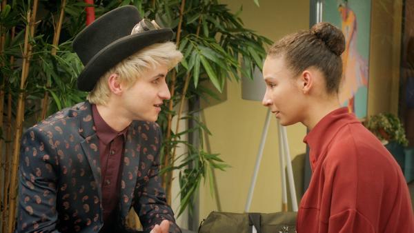 Ines (Eubha Akilade) und Frank (Seán Óg Cairns) arbeiten an einem Plan, wie sie Lena und Nico unbemerkt in die Behörde einschleusen können. Dabei kommen sie sich näher. | Rechte: ZDF/2020 - Cottonwood Media/Opéra national de Paris