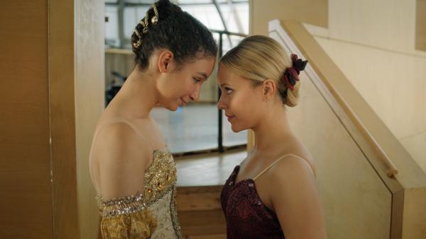 Lena (Jessica Lord, re.) und Ines (Eubha Akilade, li.) sprechen sich Mut zu für die bevorstehende Ballettprüfung. | Rechte: ZDF/2020 - Cottonwood Media/Opéra national de Paris