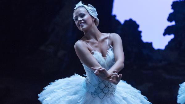 Lena (Jessica Lord) ist überglücklich. Sie hat ihren ersten Auftritt mit der Compagnie auf der Bühne der Pariser Oper. Auf diesen Tag hat sie viele Jahre hin gefiebert und trainiert.   Rechte: ZDF/2020 - Cottonwood Media/Opéra national de Paris