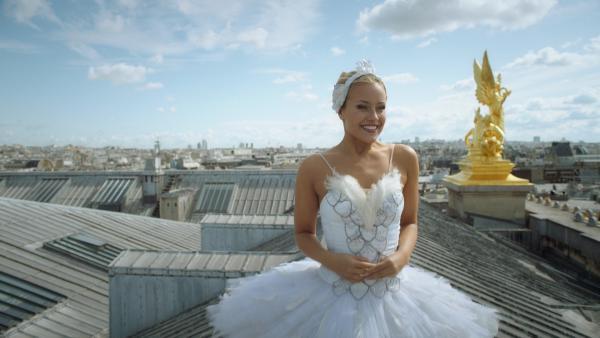 Lena (Jessica Lord) ist glücklich! Sie hat es die Ballettcompagnie der Pariser Oper geschafft und gleich wird sie ihren ersten Auftritt auf der großen Bühne haben. | Rechte: ZDF/2020 - Cottonwood Media/Opéra national de Paris