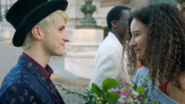 Frank (Seán Òg Cairns, li.) und Ines (Eubha Akilade, re.) sind glücklich. Ines hat es in die Ballettcompagnie der Pariser Oper geschafft und freut sich gemeinsam mit ihrem Freund Frank über den Erfolg.   Rechte: ZDF/2020 - Cottonwood Media/Opéra national de Paris