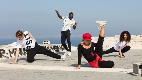 (V.li.:) Jeff (Castle Rock Peters), Isaac (Terique Jarrett), Lena (Jessica Lord) und Ines (Eubha Akilade) führen ihre Hip Hop-Choreographie vor und hoffen, damit ihre Herausforderer bei der Tanz-Challenge zu beeindrucken. | Rechte: ZDF/Nicolas Velter